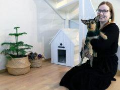 Päivi Häkkisellä on kotitoimistolla seuralaisenaan rescue-koira Sissi. Kuva: Eija Koivu