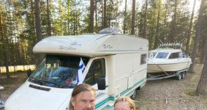 Pekka Kaisko toimii kuskina, kun matkaan lähdetään veneen kanssa. Ilman venettä reissatessa ajaminen luonnistuu myös Elina Nikkilältä.