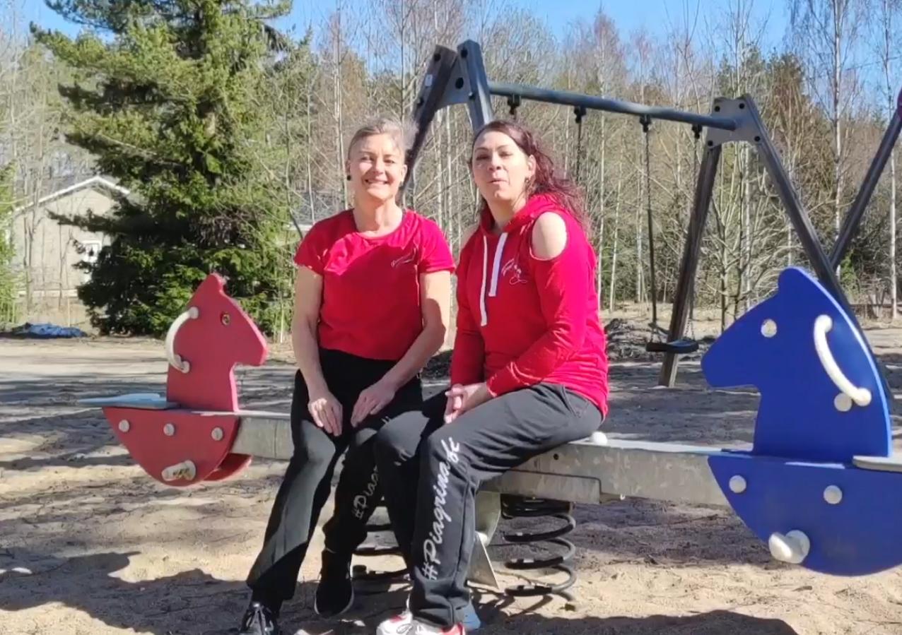 Lasten leikkipuisto on oiva paikka jumpata! Tintti Mikkonen ja Piia Henttinen näyttävät mallia.