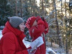 Piia ja Kaisa Nordström pihabongaamassa. Kuva: Tero Nordström.