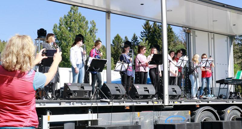 Toukokuussa 2019 Omppurokin iltapäiväosuudessa kuultiin paljon nuorten esityksiä. Lavalla pääsi esiintymään myös 9.-luokkalaisten poplaulun valinnaisryhmä. Kuva: Annukka Tammilehto