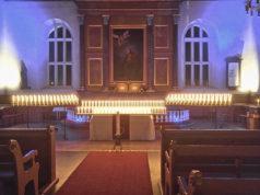 Kynttilät syttyivät myös vuonna 2017 pyhäinpäivänä Kangasalan kirkossa. Kynttilä sytytettiin vuoden aikana kuolleille seurakuntalaisille. Kuva: Mirja-Leena Hirvonen