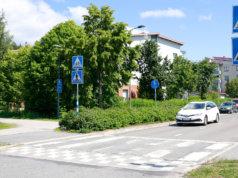 Uudet liikennemerkit kertovat, että ajoneuvojen tulee väistää pyörätien jatkeella kulkevaa polkupyöräilijää. Kuva: Eija Koivu