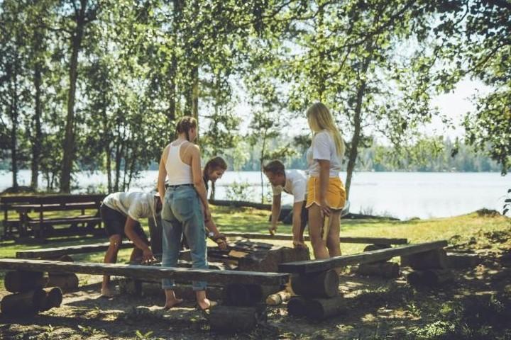 Pyysalon leiri- ja tapahtumakeskuksessa on juhannuksena monenlaista yhteistä tekemistä, kuten makkaran- ja letunpaistoa sekä erilaisia pelejä. Yhteisissä juhannusjuhlissa pääsee myös saunomaan ja ihailemaan mahdollisesti myös kokkoa.