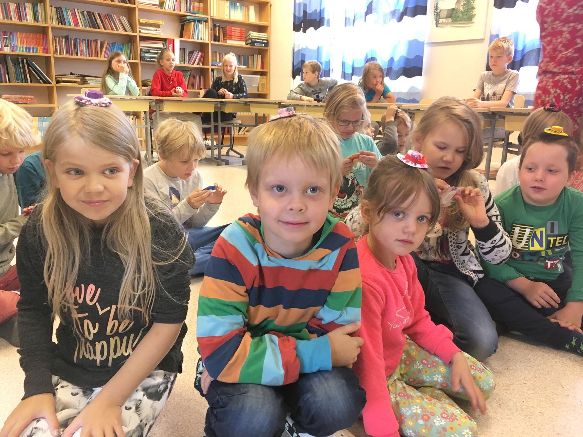 Vanhempainyhdistyksen mukaan Raikun koulu ei vaadi peruskorjausta, sillä tilat ovat toimivat ja sisäilma kunnossa. Kuvassa oppilaat odottelevat Jalmarin Kodon väkeä vieraisille. Kuva: Raikun koulun arkisto