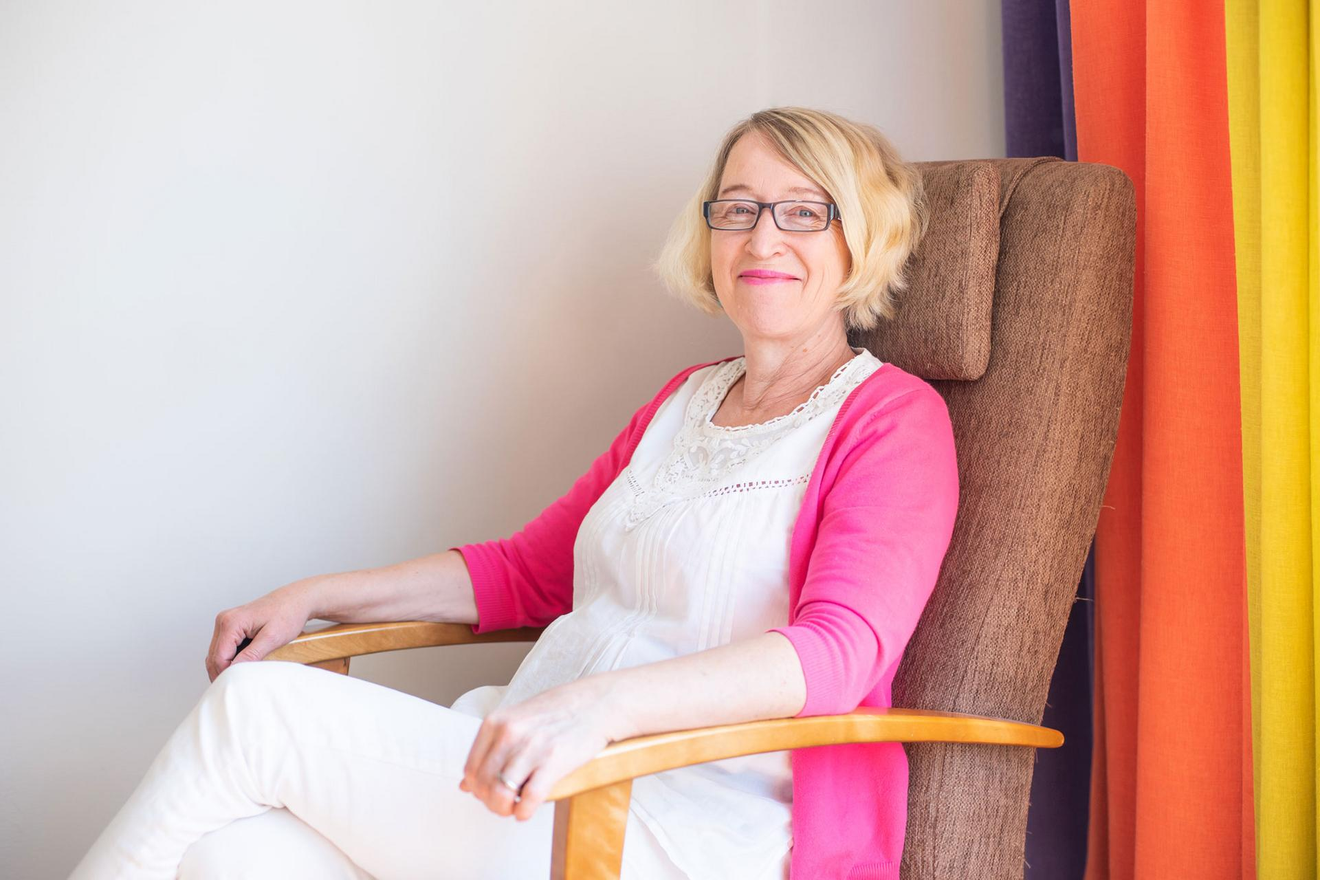 Perheterapeutti Arja Seppänen kertoo, että Halataan-kampanjan aloitus on Kangasala-talossa Ystävänpäivänä 14. helmikuuta kello 19. Sen jälkeen on vielä Kangasalan kirkossa puolen tunnin mittainen rakkausmessu, joka alkaa kello 22. Kuva: Tiia Ennala