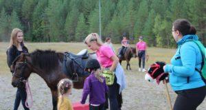 Tapahtumassa pääsi ratsastamaan sekä oikeilla hevosilla että hyppimään esteitä keppihevosilla.