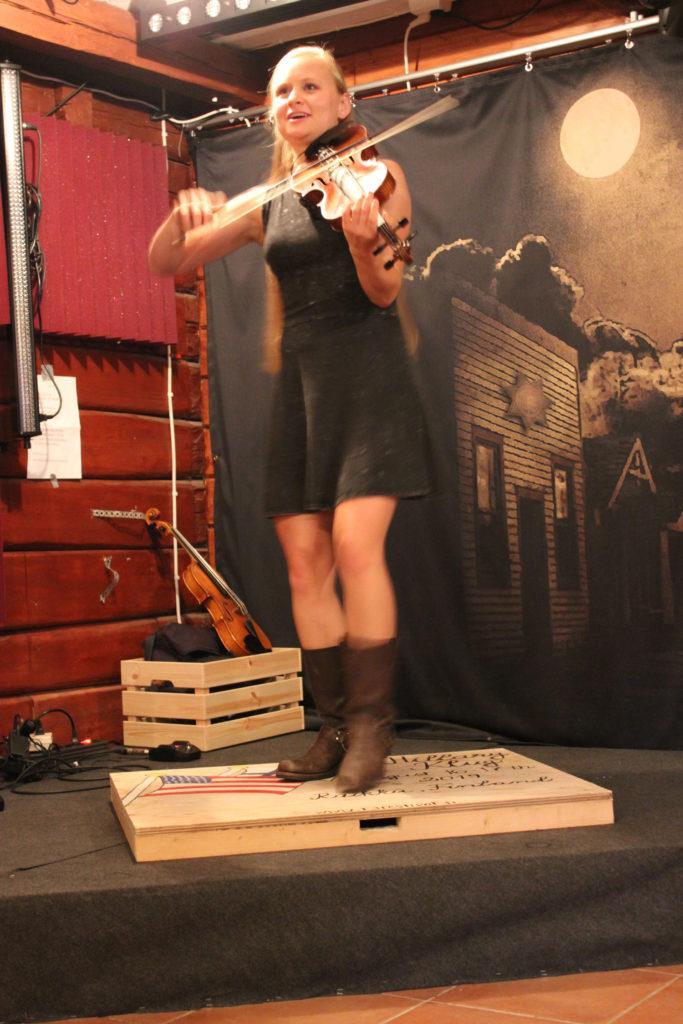 Yhdysvaltalainen Hillary Klug soittaa viulua, steppaa ja laulaa. Hän vetää R3:lla yhteensä kahdeksan keikkaa.