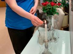 Saattohoidetulle sytytetään kuoleman jälkeen kynttilä. Sairaanhoitaja Suvi Ahola kertoo, että Hoitokodissa kuolee vuosittain noin 300 ihmistä. Kuva: Pirkanmaan Hoitokoti