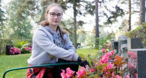 Sanni Ainasoja huolehtii istutusten hyvinvoinnista Huutijärven hautausmaalla. Hän toivoo pääsevänsä opiskelemaan terveystieteitä Tampereen yliopistoon.