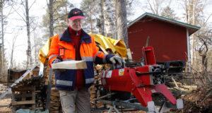 Seppo Karveksen puupinot laajenevat tasaista tahtia. Hän työskentelee nelisen tuntia päivässä. Taukoja hän pitää neljän kottikärryllisen välein.