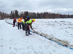 Uusi vesijohtoputki laskettiin Siuronsalmen pohjaan kaivurin rikkomasta uomasta. Kuva: Arto Hietanen