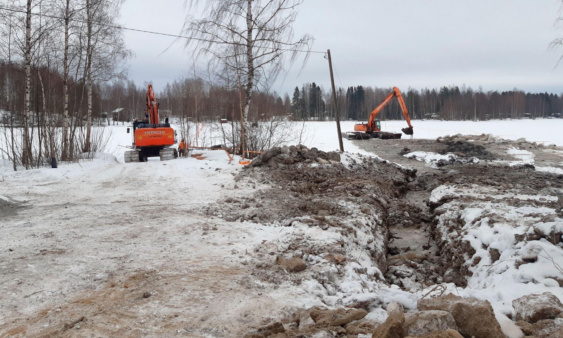 Tarvittava upotusuoma tehtiin pitkäpuomisella kaivinkoneella, joka jään rikkomisen ohessa tasasi pohjaa poistaen putken linjalla lojuneet kivet. Kuva: Arto Hietanen
