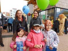 Isabella, 5, sekä 8-vuotiaat Melani ja Valeria saivat valita mieluisat palkinnot onnistuneen ankkaonginnan päätteeksi. Mukana menossa olivat äidit Mariella Mustafova ja Veronika Veleva.