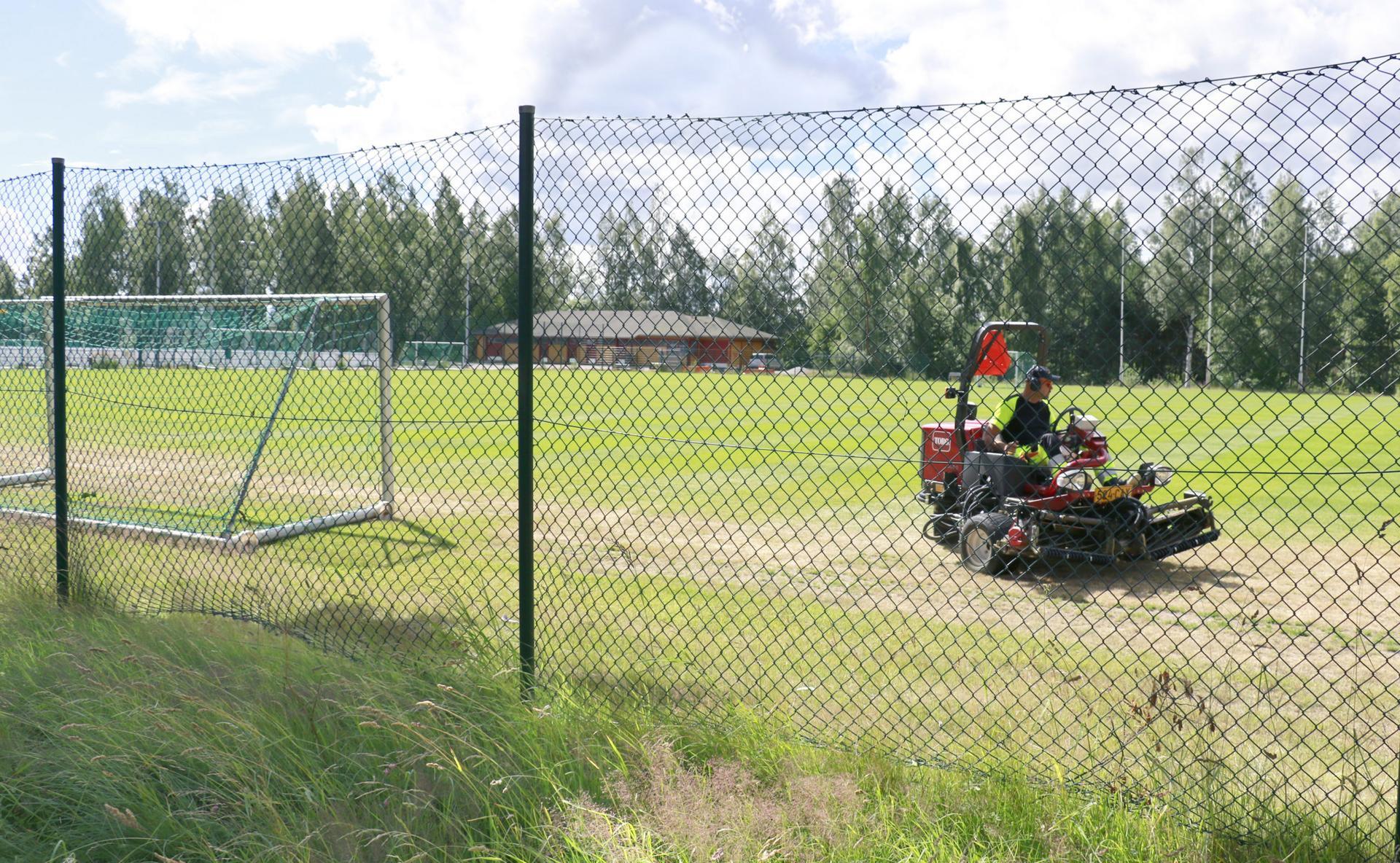 Suoraman kentän reunalle asennetaan uutta aitaa liki 300 metriä.