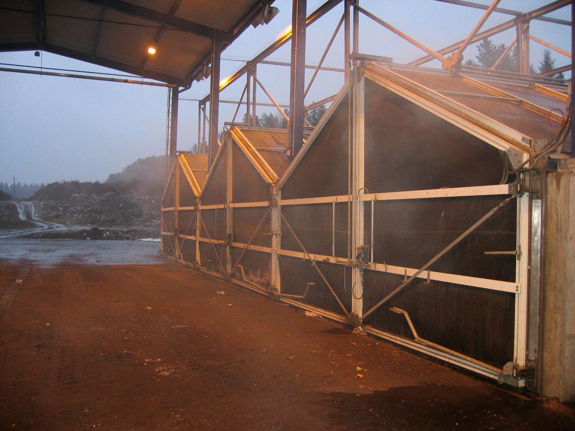 Tekninen päällikkö Elina Tiira Pirkanmaan Jätehuolto Oy:stä kertoo, että kompostointilaitoksen toiminta pyritään suunnittelemaan niin, ettei Tarastenjärven lähettyvillä asuville aiheutuisi hajuhaittoja. Kuva: Pirkanmaan Jätehuolto Oy
