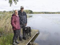 Ulla Pettinen ja Heikki Tiiva muistavat yhä kirkkaasti kahdeksan kuukauden takaiset tapahtumat Heposelän rannassa. Pilkkijän putoamispaikka on vain reilun 50 metrin päässä parin kotirannasta.