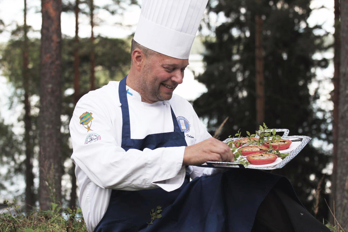 Keittiömestari Pekka Tolppa hyödyntää keittiössään luonnon ja kotipuutarhan antimia. Kuva: Heini Tolppa