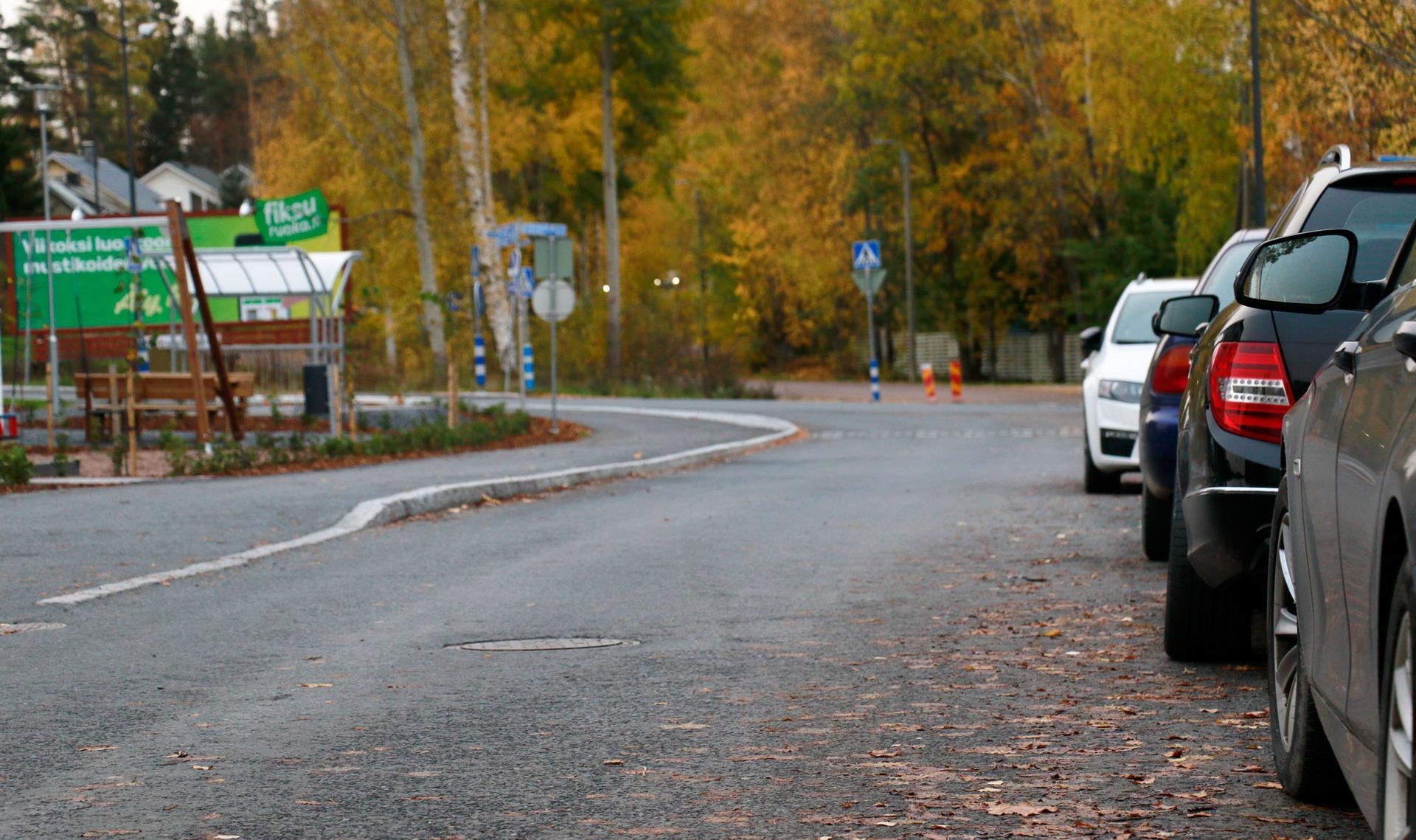 Toosintielle on tulossa pysäköintikielto molemmin puolin tietä korotetun jalkakäytävän kohdalle.
