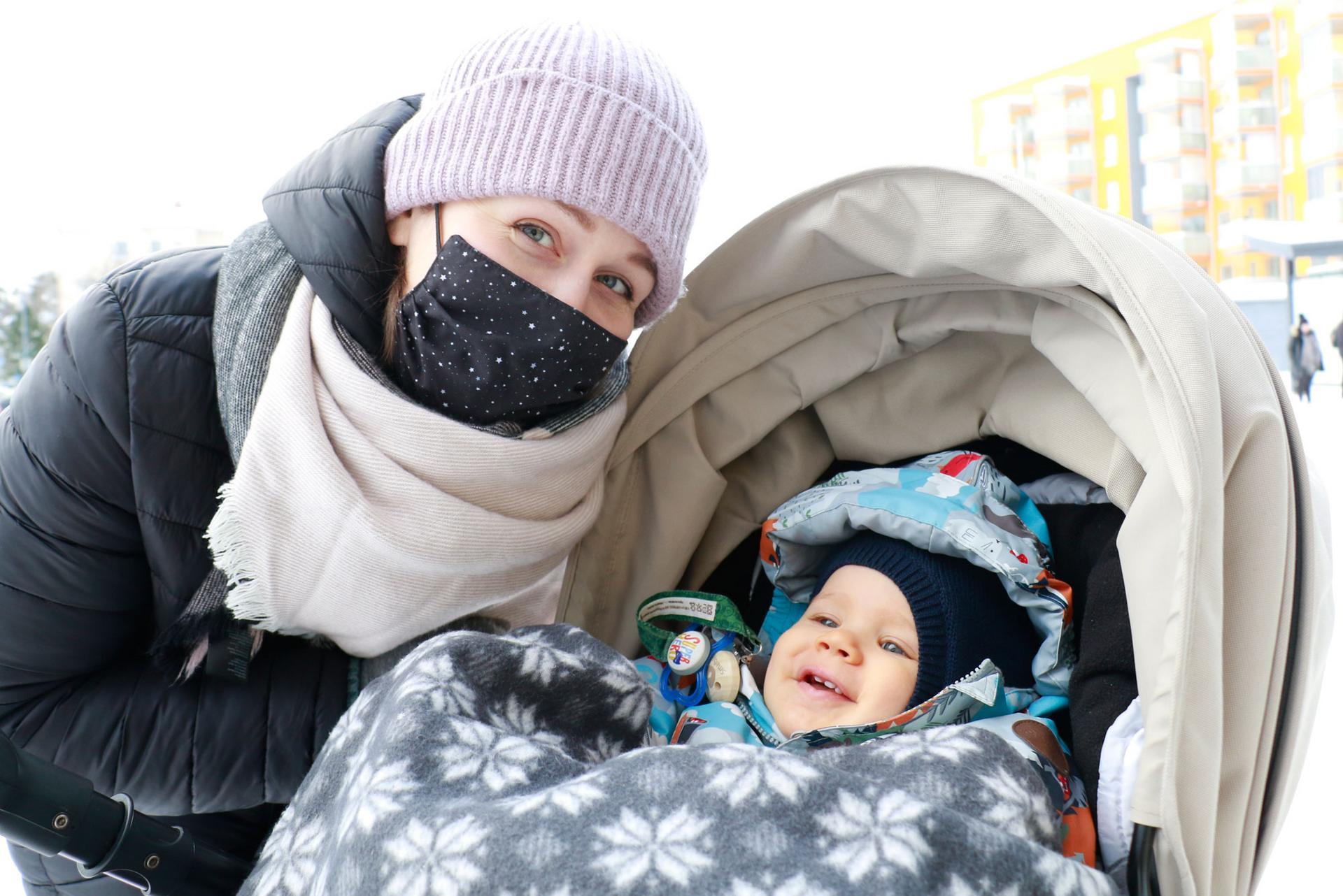Anu Hakala pistäytyi pääkirjastossa kuopuksensa Iivon kanssa. Iivolla on ikää 11 kuukautta ja todistettavasti monta hammasta.
