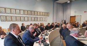 Valtuustolle jätettiin maanantain kokouksessa aloite vanhustenhuollon ongelmiin puuttumiseksi.