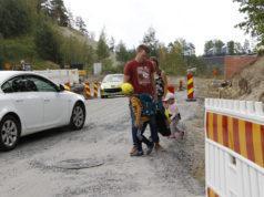 Ilari ja Melissa Juusela pitävät Minean ja Mikaelin tiukasti käsipuolessa. Ekaluokkalainen Mikael näkee ja näkyy nipin napin työmaa-aidan takaa.