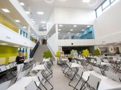 Mari Saarikon mukaan koulun sydän on avara aula, josta avautuu näkymä kaikkiin kerroksiin. Hän toivoo, että verovaroin rakennettu kokonaisuus löytäisi laajan käyttäjäkunnan myös kouluaikojen ulkopuolella.