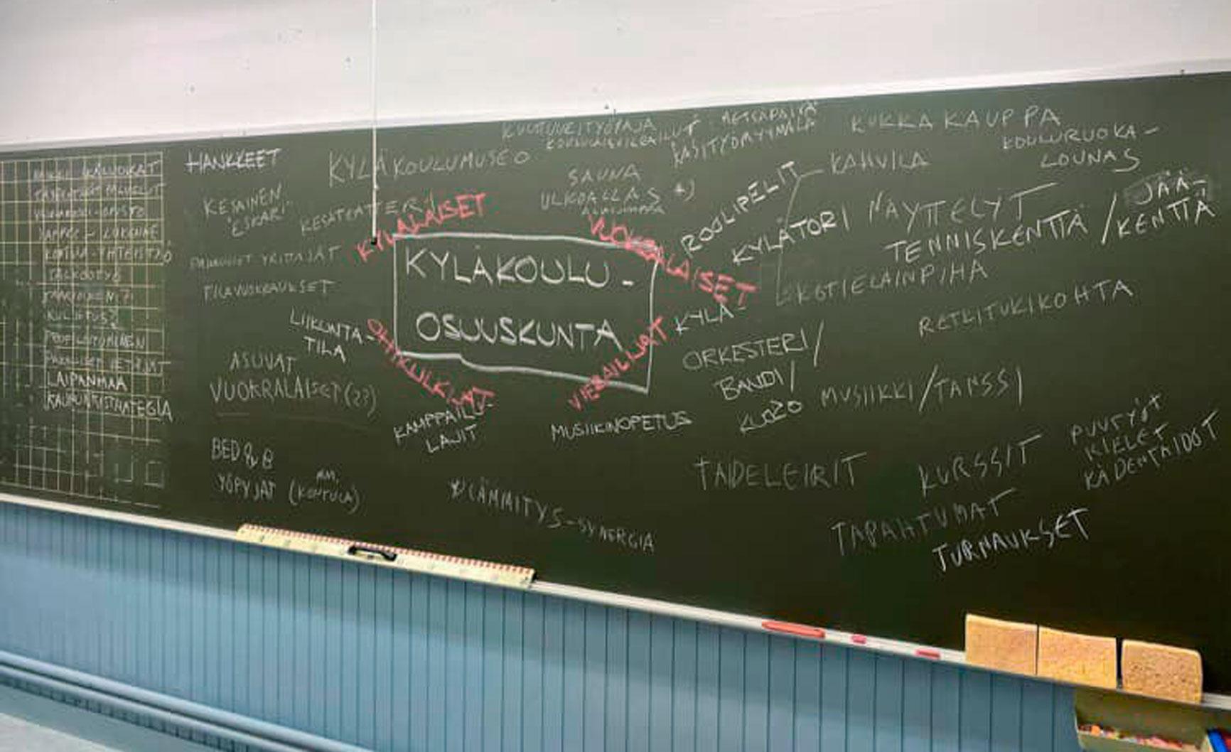 Vilpeilän koulun liitutaululle oli käyttöä sunnuntaina ideatreffeillä, joilla mietittiin koulukiinteistön tulevia käyttömahdollisuuksia. Kuva: Hannele Valkeeniemi