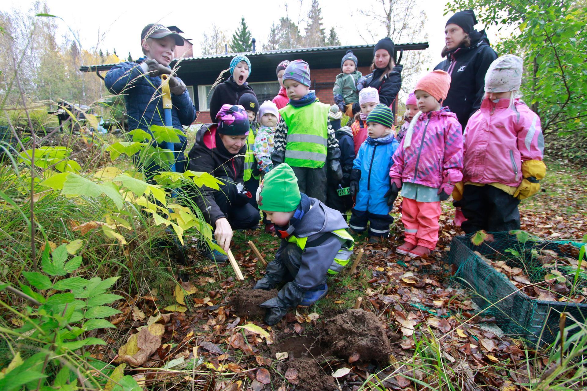 Teemana kierrätys: Anu Mäntylä auttoi Kalevia paperiroskan hautaamisessa.