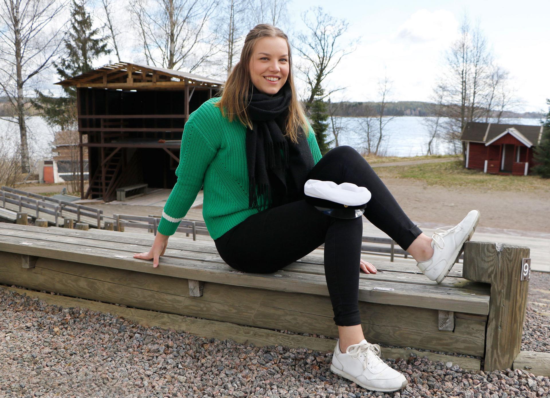 Anni Hakala on ylioppilaskirjoitusten jälkeen nauttinut vapaudesta olla ja tehdä juuri sitä, mikä itsestä hyvältä tuntuu. Korkeakoulujen pääsykokeisiin hän suhtautuu rennosti, sillä suunnitelmissa on joka tapauksessa armeijaan lähtö heinäkuussa.