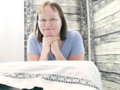 Hieroja Heidi Ala-Kauttu ottaa asiakkaita vastaan hoitohuoneellaan, joka sijaitsee Kortekankaalla.